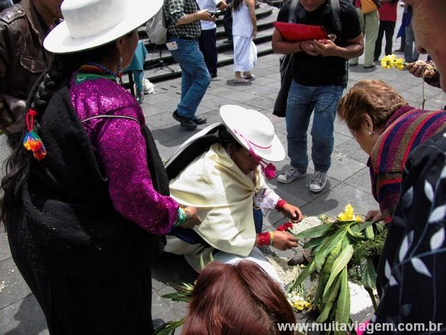 Senhora faz ritual no protesto em Quito