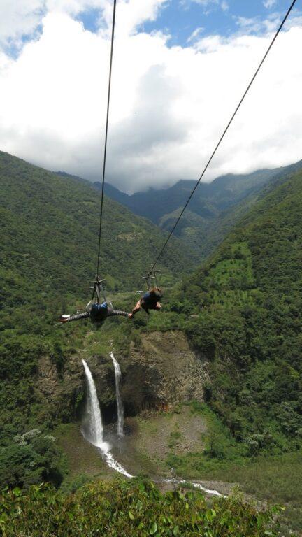 Uma das incríveis tirolesas da Rota das Cascatas, um roteiro entre os Andes e a Amazônia em Baños