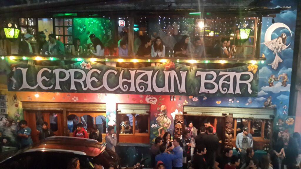 A balada mais famosa de Banõs é o Leprechaun Bar, que reúne muitos mochileiros