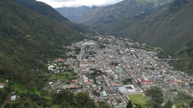 Baños de Agua Santa vista do alto do Mirante de Bella Vista: entre os Andes e a Amazônia