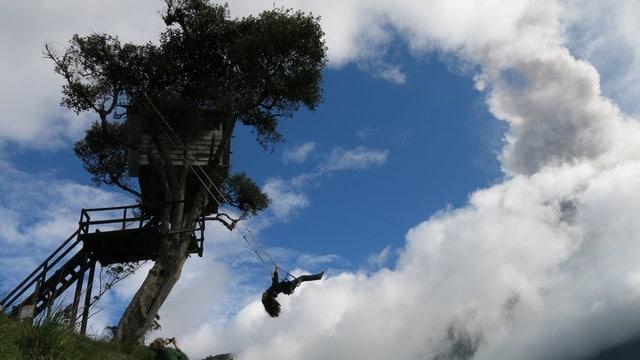 O Balanço do Fim do Mundo; à direita, no alto, a fumaça diferente é de uma erupção do vulcão Tungurahua