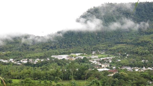 O pequeno povoado no meio da mata e tocado pelas nuvens