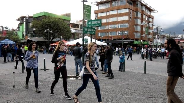 A Plaza Foch é o coração de La Mariscal, cercada por bares, casas noturnas e restaurantes bem para turistas