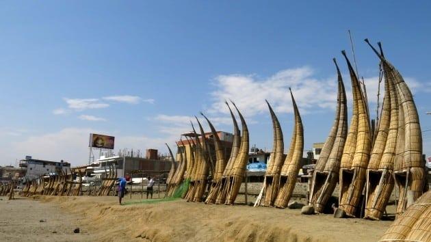 As típicas canoas encontradas nessa praia do Peru
