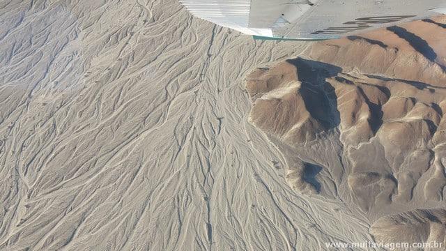 Na foto, um pouco abaixo da asa está o astronauta ou gigante de Nazca