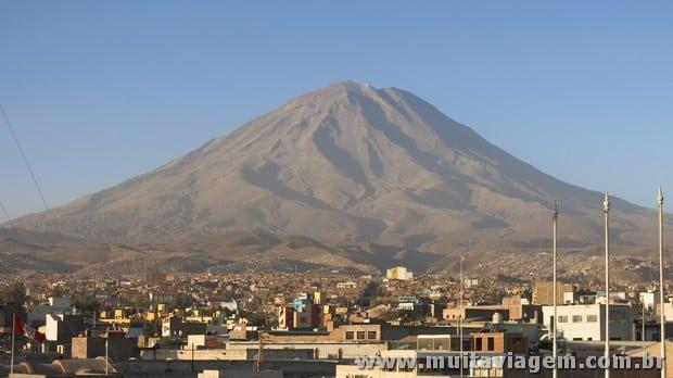 Arequipa com o vulcão Misti ao fundo