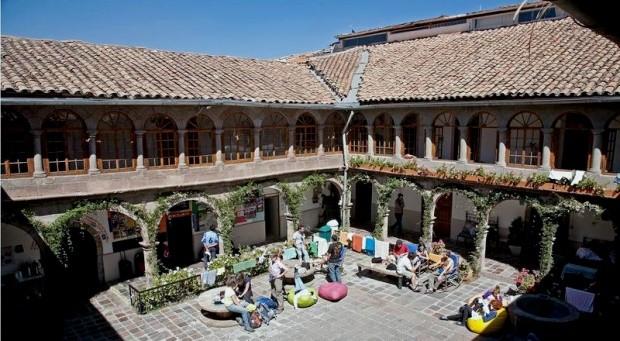 A praça característica do prédio histórico do hostel em Cusco - foto: Divulgação