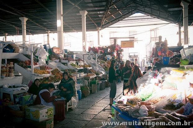 Mercado San Pedro é uma atração que mistura cultura local, sabores e surpresas em Cusco - Foto: David Zhou