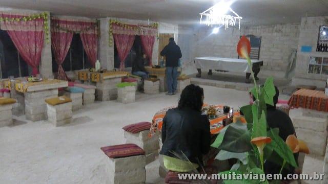 O hotel feito de sal: sim, as paredes e os móveis são blocos esculpidos de sal, eu lambi...