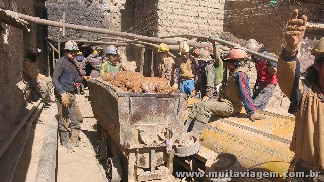 Os trabalhadores das minas esperam para entrar nos túneis