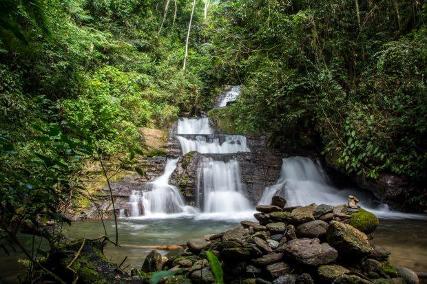 Uma das cachoeiras na trilha no Vale das Ostras
