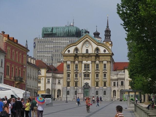 Praga Kongresni Trg e o prédio do Parlamento. | Foto: MV