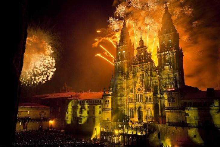 Santiago de Compostela. Plaza del Obradoiro - Espect‡culo de luz y sonido de los Fuegos del Ap—stol en torno a la fachada de la Catedral