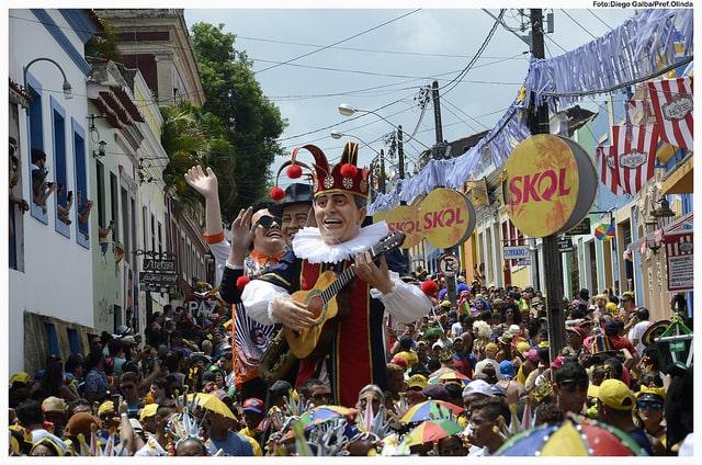 Os bonecões colorem as ladeiras no Carnaval de Olinda, a melhor festa do Brasil