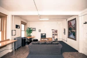Cozinha e sala de TV do hostel, em Denver