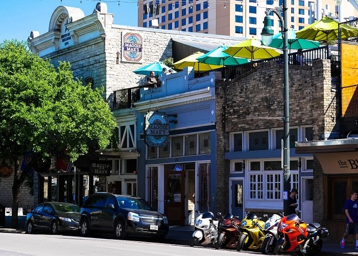 O Maggie Mae's é um dos bares bacanas da 6th Street.