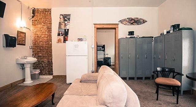Sala comum entre os dois dormitórios, cada um com 3 beliches