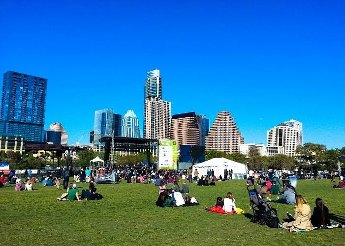 Durante o SXSW acontecem shows gráts no Ladybird Park, Austin.