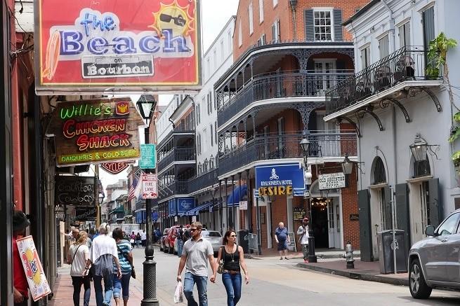 A Bourbon Street no French Quarter, em New Orleans
