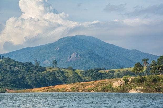Ao fundo, a Serra do Lopo, com vários mirantes e trilhas