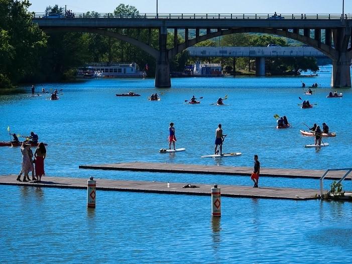 Pessoas praticam stand up paddle no rio Colorado, em Austin