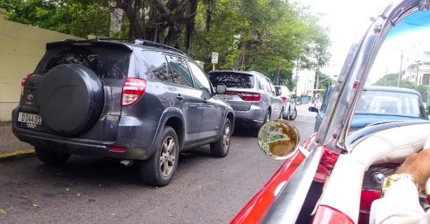 Carros novos contrastam com os veículos antigos de Cuba
