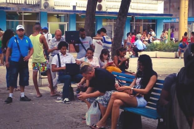 Praças em Cuba tem internet wi-fi pagas com cartão