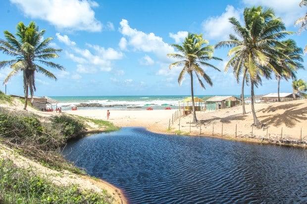 A praia de Santo Antônio, no litoral norte da Bahia, é ideal para quem procura uma praia deserta