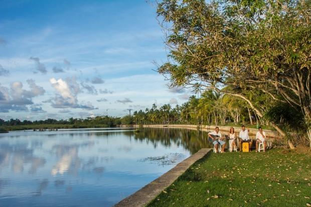 A lagoa da praia do Forte é um lugar romântico para ver o pôr do sol na Bahia