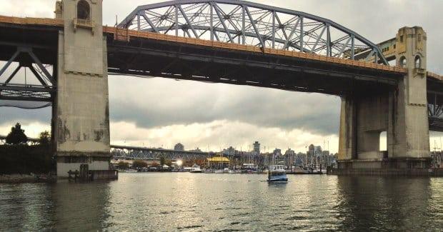 É possível conhecer a Granville Island a partir de um passeio de barco