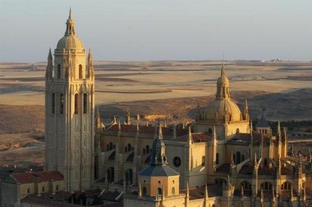 Uma das cidades próximas de Madrid para conhecer, Segovia é ideal para quem quer comer bem
