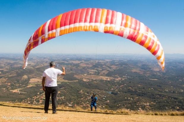 Escolas realizam salto duplo de parapente na Serra da Moeda