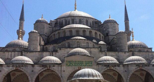 Em um roteiro por Istambul, o turista vai cruzar com belas mesquitas; não deixe de conhecer