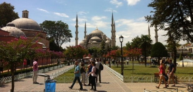Entre as coisas para fazer em Istambul, está ver as belas mesquitas da cidade turca