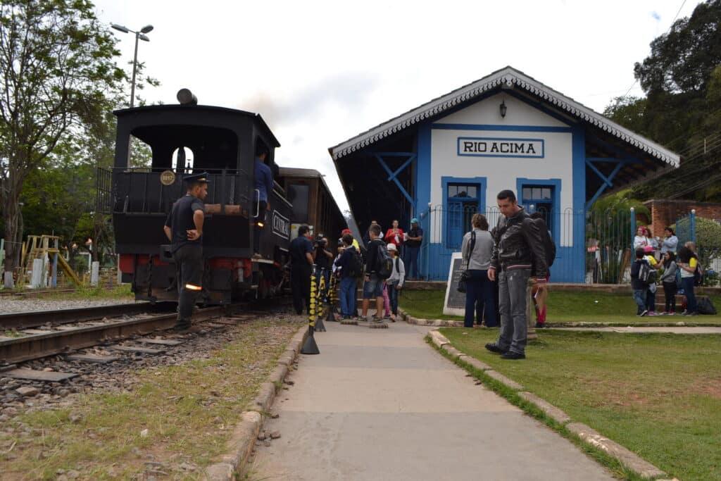 Passeio de trem e cachoerias próximos a BH estão entre as atrações de Rio Acima-MG